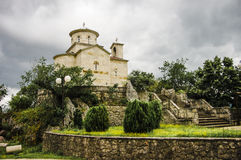 Iglesia en la manera al monasterio ortodoxo foto de archivo