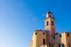 Iglesia en la playa con el seagul del vuelo Imagen de archivo