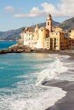 Iglesia en la playa en Camogli, cerca de Génova, Italia Fotos de archivo libres de regalías