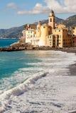 Iglesia en la playa en Camogli, cerca de Génova, Italia Imágenes de archivo libres de regalías