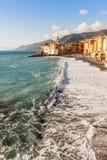 Iglesia en la playa en Camogli Italia Foto de archivo libre de regalías