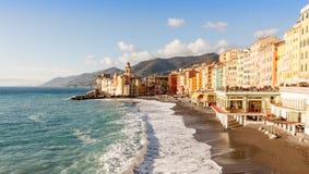Iglesia en la playa en Camogli, Italia Foto de archivo
