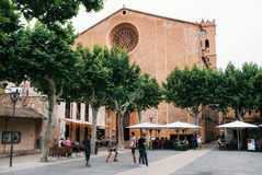 Iglesia en la plaza principal, Pollensa, Mallorca Fotos de archivo libres de regalías