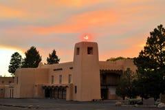 Iglesia en la puesta del sol en Santa Fe, New México foto de archivo