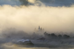 Iglesia en la salida del sol por mañana de niebla fotos de archivo