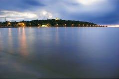Iglesia en la tapa de la colina por el río de Dnieper imagen de archivo