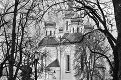Iglesia en los árboles Foto blanco y negro de Pekín, China imagenes de archivo
