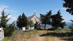 Iglesia en montañas fotografía de archivo libre de regalías