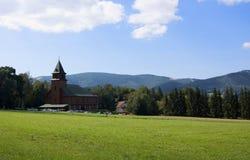 Iglesia en montañas Fotos de archivo