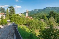 Iglesia en monta?a Opinión pintoresca un área protegida, una Italia del norte, parque regional de Fiori del dei de Campo y un Cas imagenes de archivo