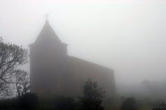 Iglesia en niebla. Colina de Bokor cerca de Kampot. Camboya. Imagen de archivo