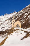 Iglesia en paisaje alpestre del invierno Foto de archivo libre de regalías