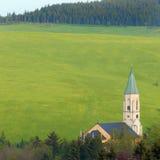 Iglesia en prados del resorte; Erzgebirge Foto de archivo