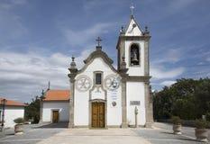 Iglesia en pueblo portugués imagenes de archivo