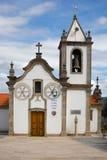 Iglesia en pueblo portugués imagen de archivo