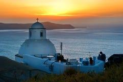 Iglesia en Santorini, Grecia en la puesta del sol Imagen de archivo libre de regalías