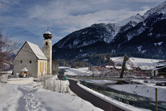 Iglesia en scape de la tierra del invierno en el voralberg Austria del bach Fotos de archivo