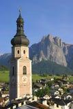 Iglesia en un pueblo de montaña Fotografía de archivo libre de regalías
