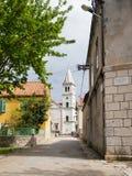 Iglesia en un pueblo en Croacia, isla de Zlarin imagenes de archivo