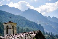 Iglesia en un valle alpino imagen de archivo