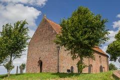 Iglesia en una cumbre en Ezinge Fotos de archivo