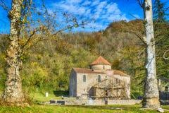 Iglesia entre los árboles Imágenes de archivo libres de regalías