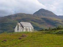 Iglesia escocesa en las montañas Foto de archivo libre de regalías