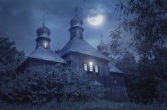 Iglesia europea vieja en una Luna Llena Imagenes de archivo