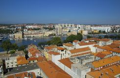 Iglesia, foro y catedral del St Donato del campanario del St Anastasia en Zadar, Croacia foto de archivo