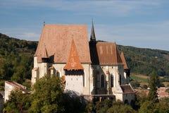 Iglesia fortificada con la pared y la torre de la defensa imagenes de archivo