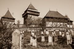 Iglesia fortificada de Viscri, Transilvania - sepia fotos de archivo libres de regalías