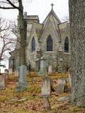 Iglesia gótica con las lápidas mortuorias después del derretimiento de la primavera fotos de archivo libres de regalías