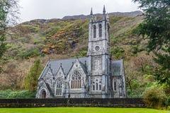 Iglesia gótica en la abadía de Kylemore Fotografía de archivo libre de regalías