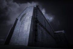 Iglesia gótica en la oscuridad Foto de archivo