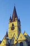 Iglesia gótica Sibiu del luteran de la torre de reloj en invierno Fotografía de archivo