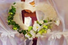 Iglesia hermosa adornada para la ceremonia de boda Foto de archivo libre de regalías
