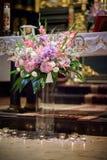 Iglesia hermosa adornada para la ceremonia de boda Fotografía de archivo libre de regalías