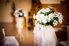 Iglesia hermosa adornada para la ceremonia de boda Foto de archivo