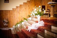 Iglesia hermosa adornada para la ceremonia de boda Imagenes de archivo