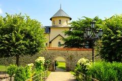 Iglesia hermosa en el monasterio ortodoxo Moraca, montañas de Montenegro Opinión de Montenegro imagen de archivo libre de regalías