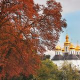 Iglesia hermosa en el parque Bóvedas de oro Otoño foto de archivo