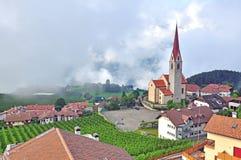 Iglesia hermosa en montañas con las nubes en fondo Fotos de archivo