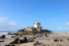 Iglesia hermosa que pasa por alto el Océano Atlántico - el Portugal Foto de archivo