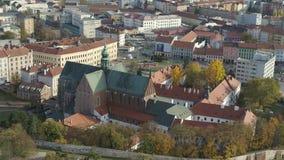 Iglesia histórica aérea del cielo azul del abejón 4k Brno Bruenn metrajes