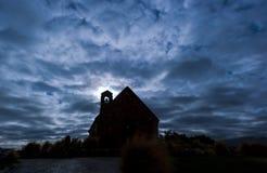 Iglesia iluminada por la luna fantasmagórica Imagen de archivo