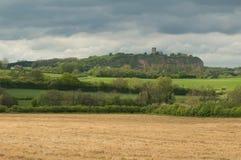 Iglesia inglesa en el top de una colina que pasa por alto el campo circundante Fotos de archivo libres de regalías