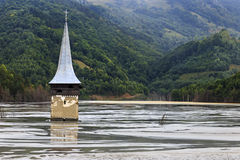 Iglesia inundada en el lago contaminado fotografía de archivo