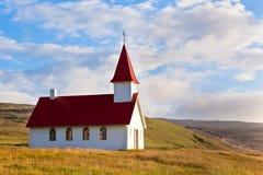 Iglesia islandesa rural típica debajo de un cielo azul del verano Foto de archivo libre de regalías