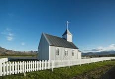 Iglesia islandesa rural típica debajo de un cielo azul del verano Imagenes de archivo
