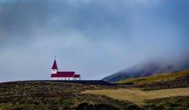 Iglesia Islandia con el tejado rojo en prados de la naturaleza Fotos de archivo